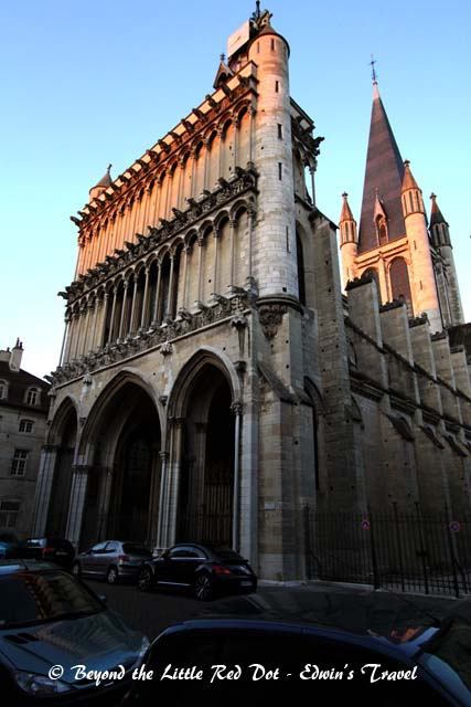 Followed by a walk around the town. This is the Notre Dame of Dijon. We were just in time to watch the last rays of sunlight from the setting sun fall on the façade of the cathedral.