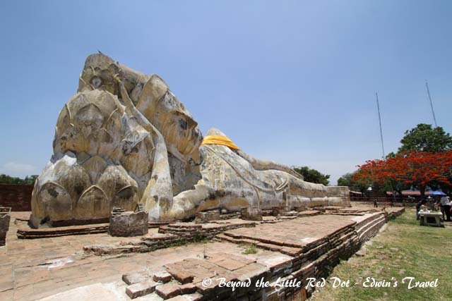 All that remains of the temple is the reclining Buddha. At 42m long and 8m high, it's really one of the largest I've seen.
