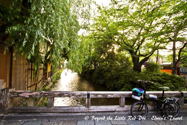 The taxi let us off at the back of Gion district. We walked pass a small stream. It's so very quaint and peaceful here.