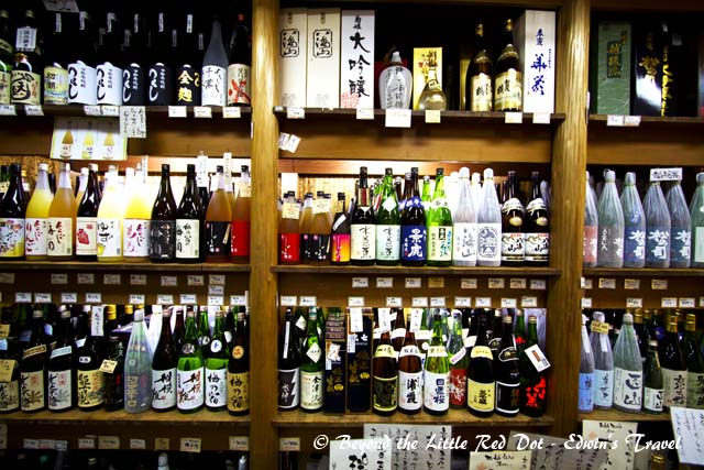 There many shops here selling exclusively local products. One of my favorites, the sake shop.
