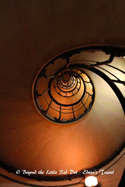 For a good night view of Paris, you can go to the Arc de Triomphe in the evening before sunset. This is the spiral staircase that goes to the top of the monument.