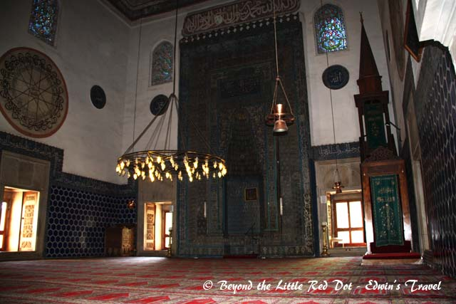 The green tiles inside the mosque gives the place its name.