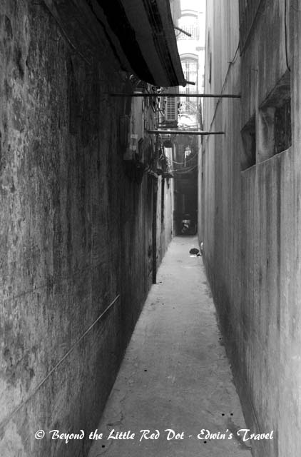 One of the narrow alleys between houses.
