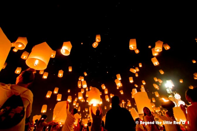 The moment that everyone was waiting for and thousands of sky lanterns take off at the same time.